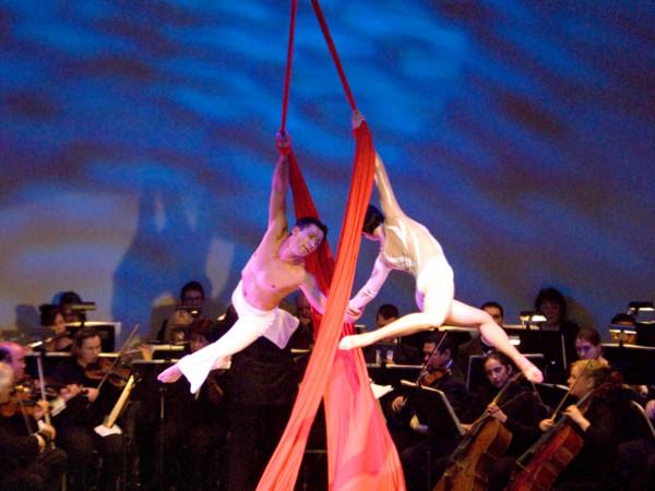 オーケストラの演奏と力強い空中ショーの共演