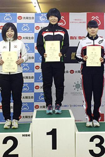 女子3000メートルで優勝し、賞状を手にする熊谷帆乃香(中央、大東大)