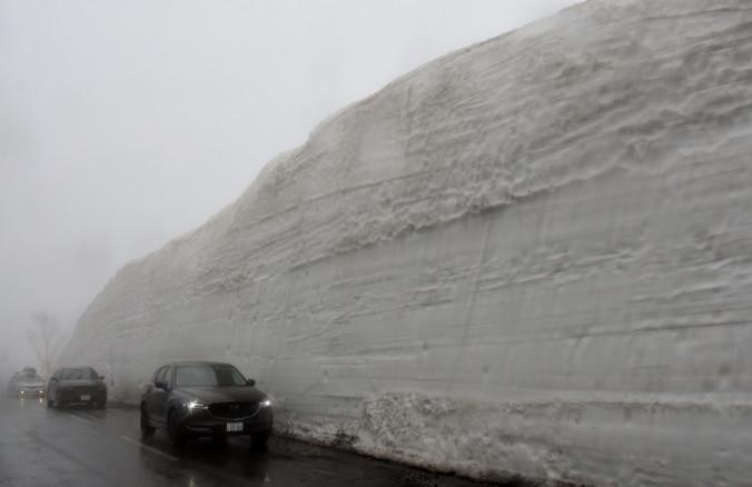 巨大な「雪の回廊」を進む車列