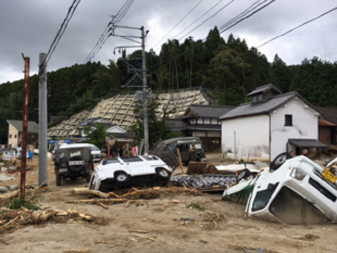 土砂に覆い尽くされた福岡県朝倉市杷木地区の住宅地。車は横転し、土砂に埋まっていた(山本克彦准教授提供)