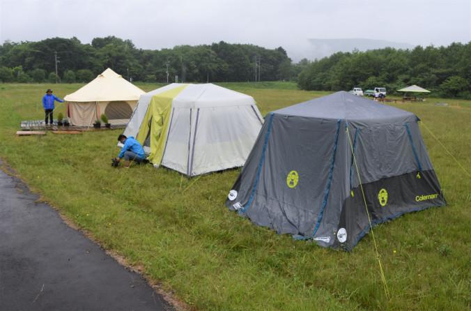 期間限定での営業再開に向けてテントの準備が進む八幡平トラウトガーデンの敷地内