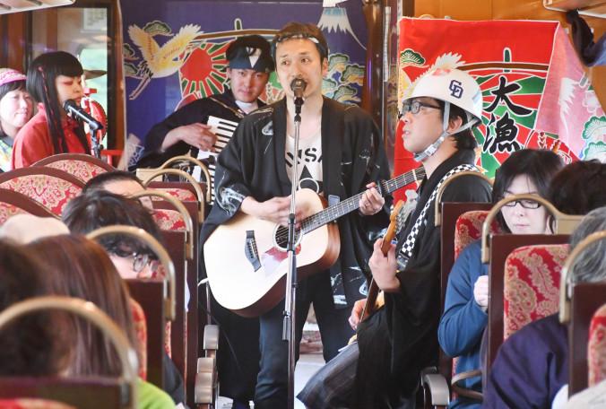 三陸鉄道でライブを行ったまほろばローリング楽団ボーカルの茜谷有紀さん(中央)