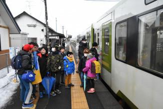通学でJR藤根駅から列車に乗り込む江釣子小の児童ら。同駅は17日から無人駅となった