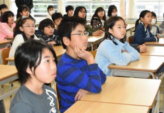 岩手日報「最後だと分かっていたなら」の映像に見入る横浜・秋葉小の児童