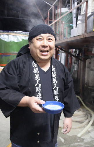 人工知能(AI)を使った日本酒造りに挑戦している、酒蔵「南部美人」の久慈浩介社長=二戸市