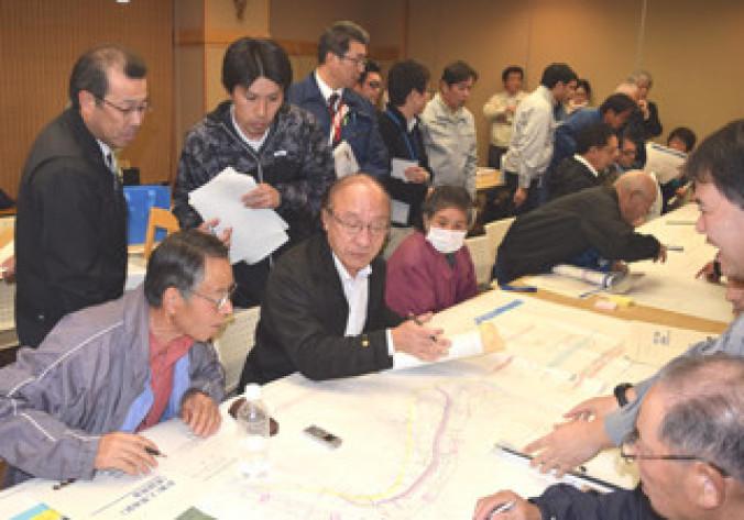 乙茂地区の河川改修計画について意見を交わす住民ら