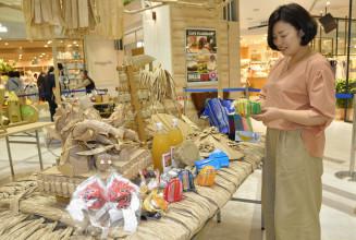 東北絆まつりの模型や障害者が作った商品が並ぶ販売会場