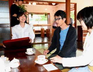 カフェを開店し笑顔を見せる野尻悠さん(左)。「町の人たちの休憩所にしたい」と運営に励む