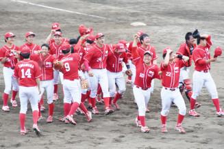 全国大会出場を決めて喜ぶトヨタ自動車東日本の選手たち=6日、盛岡市・県営球場