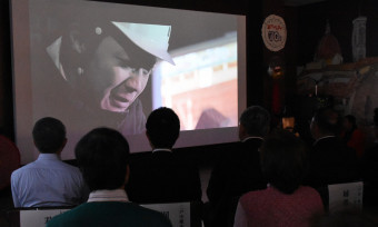短編映画「告白 チョコ南部の秘密」を住民らが観賞した先行上映会