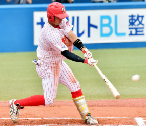 中京大-富士大 6回裏富士大1死三塁、佐藤龍の左中間二塁打で2-2の同点とする=神宮