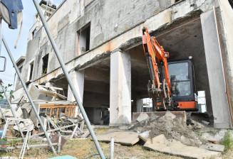 重機が入り、解体工事が始まった大槌町の旧役場庁舎=18日、同町新町