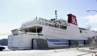 新たに就航した、北海道室蘭市と宮古市を結ぶカーフェリー=22日午前、宮古市の宮古港