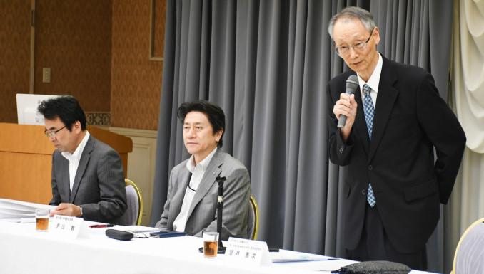 NIE全国大会盛岡大会の成功に向け、団結を求める望月善次実行委員長(右)