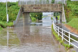 浸水したアンダーパスに進入し動けなくなった乗用車=30日午後4時48分、奥州市前沢古城