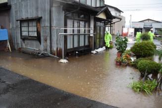 浸水した奥州市前沢古城の民家=6月30日
