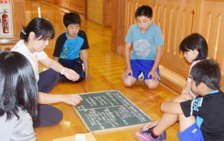 交流のある愛媛県西予市の豪雨被害を受け、支援の在り方を考える田老三小の児童=9日、宮古市