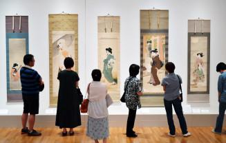 繊細で艶麗な美人画の数々が展示される「うるわしき美人画の世界-木原文庫より-」。多くの来場者が作品に見入った
