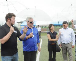 練習会場となるサッカー場の芝の状態を確認するブラジルの関係者ら=12日、遠野市松崎町