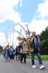 五穀豊穣などを願い、横間地区を練り歩く虫追い祭りの行列