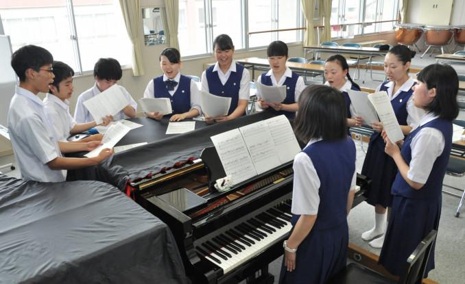 東日本大震災に関する新聞記事を基に作った曲のメロディーを合わせる不来方高芸術学系音楽コースの3年生