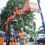重機操作わくわく 西和賀・児童が建設業体験