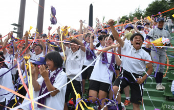 3年ぶり9度目の夏の甲子園出場を決めた花巻東の応援団。喜びを爆発させ、紙テープが舞った=22日、盛岡市・県営球場