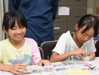 和歌山県田辺市の児童に贈る世界遺産キャンドルを仕上げる児童