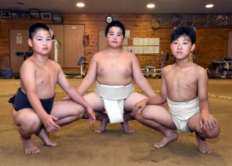 全国大会での活躍を誓い気合を入れる(左から)工藤琉誠君、伊藤光希君、岩崎想矢君