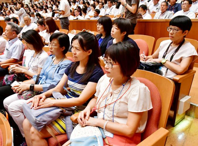 真剣な表情で講演や座談会に聞き入る台湾からの参加グループ