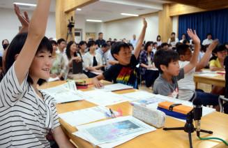 新聞記事を題材に復興を考える大槌学園の児童=27日、大槌町大槌