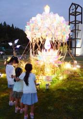童話村の森ライトアップのメインで多くの家族連れが足を止めて鑑賞したどんぐりオブジェ