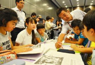 新聞記事を読み、被災者の気持ちを考える松園小の子どもたち