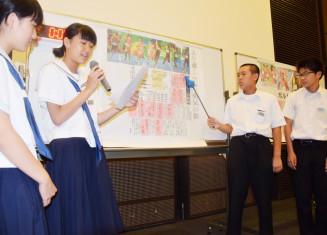 記事や見出しの構成を分析し発表する仙北中の生徒