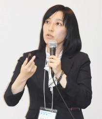 「新聞スクラップリレー」について紹介する鈴木紗季教諭