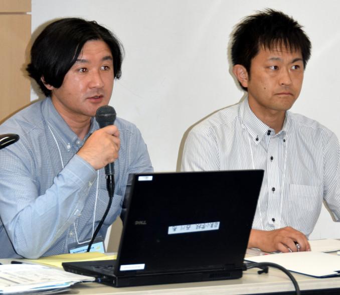 算数はがき新聞の取り組みを報告する西川亮教諭(左)と野月一隼教諭