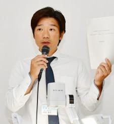 壁新聞を通じた小中高連携を説明する久慈東高の原田智生教諭