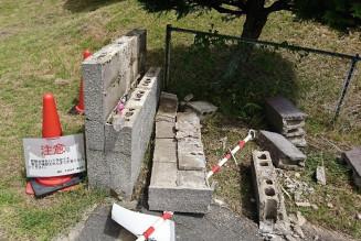 破壊された愛宕児童公園の園門(一関市提供)