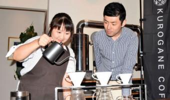 新ブランド「鐡珈琲」の立ち上げに向けて試行錯誤する山崎鮎子店長(左)と林光人さん