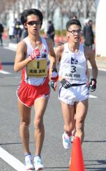 日本選手権20キロ競歩で、同じく代表入りした山西利和と競り合う高橋英輝(左)=2月18日、神戸市