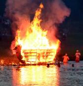 炎舞う舟に故人しのぶ 盛岡、舟っこ流し