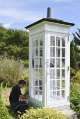 アルミ製に交換された電話ボックス「風の電話」=18日午前、大槌町