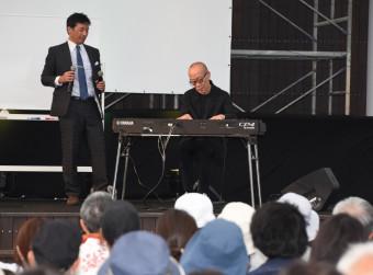 スペシャルトークで生演奏を披露する久石譲さん(右)