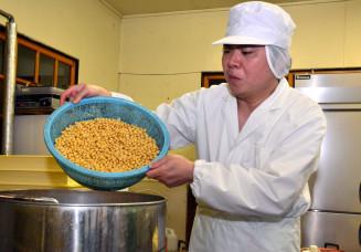 今秋から久慈市山根町産の山白玉で豆腐を作る嵯峨大介さん。「久慈の名物ブランドとして売り込みたい」と力を込める
