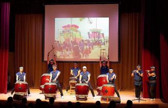 シンガポールで勇壮な演奏を披露する氷上共鳴会のメンバー。五輪ホストタウン以外の交流も行われている