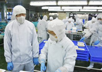 操業再開にこぎ着けた工場長の畑中大輔さん(左)。高品質の製品を全国に届ける=苫小牧市汐見町