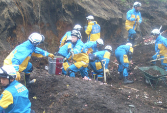 行方不明者捜索などを行う広域緊急援助隊の隊員=10日、北海道厚真町(県警提供)
