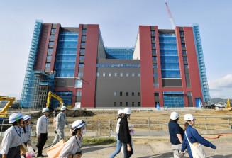 1年後の移転開院に向け建設が進む岩手医大付属病院=13日、矢巾町藤沢