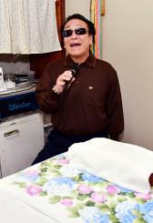 15日の本番に向け、職場で練習を重ねる川村良二さん。周囲の人々への感謝、生きる喜びを歌に込める=13日、盛岡市茶畑