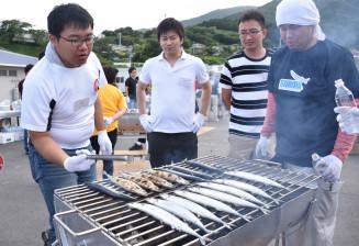 大船渡市で行われた今年のさんま焼き師認定試験。24日は5人の焼き師が真備町の復興を願い、炭火焼きを振る舞う=7月